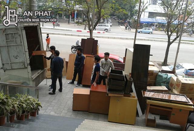 Nhân viên bốc đồ lên xe chuyển đến văn phòng mới