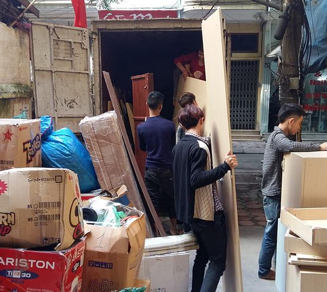 Nhân viên chuyển đồ đóng gói lên xe tải